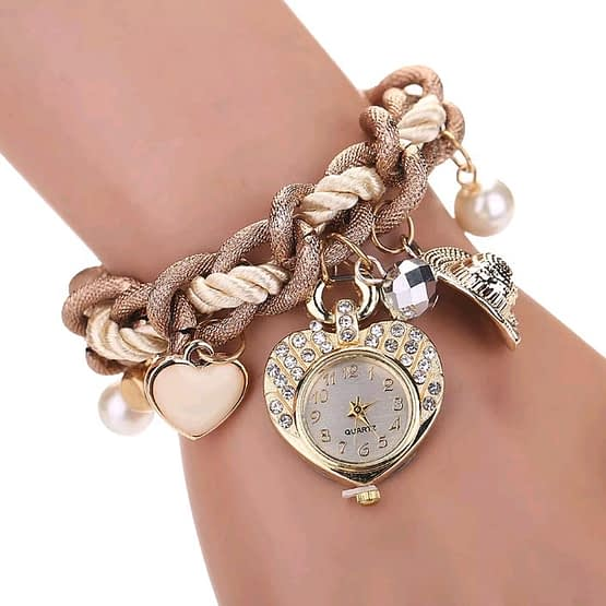 Moteriškas laikrodis širdelė - čia ne laikrodis, tai odė meilei. Viena istorija dailių pynių labirinte, kuriame atrasite aistringų naktų kristalus ir meilės perlus.