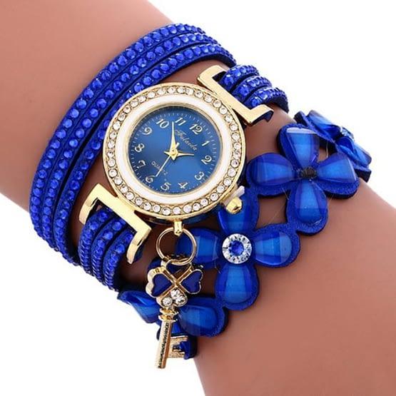 Ypatingoms šventėms ir progoms tinkantis deimantinis moteriškas laikrodis-papuošalas. Ryški mėlyna spalva, aukso spalvos detalės ir kristalų akelės.